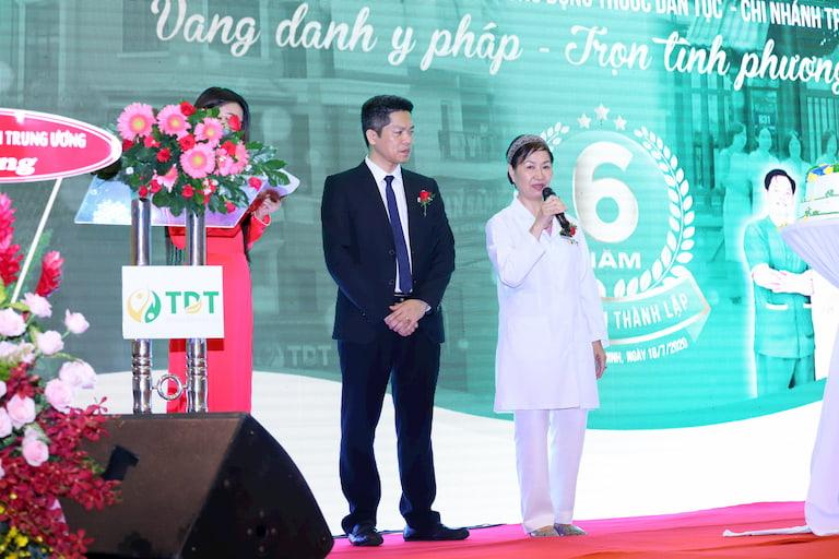 Ông Nguyễn Quang Hưng và Bác sĩ Nguyễn Thị Phương Mai chia sẻ tại buổi lễ