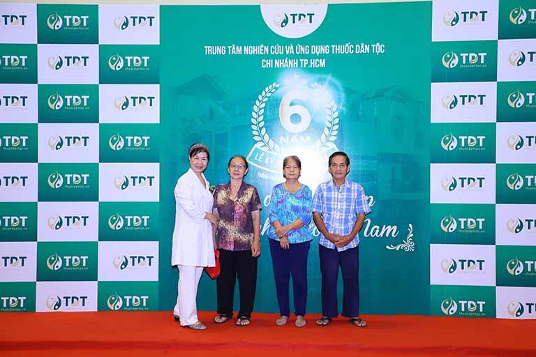 Bác sĩ Phương Mai và người dân tham dự sụ kiện
