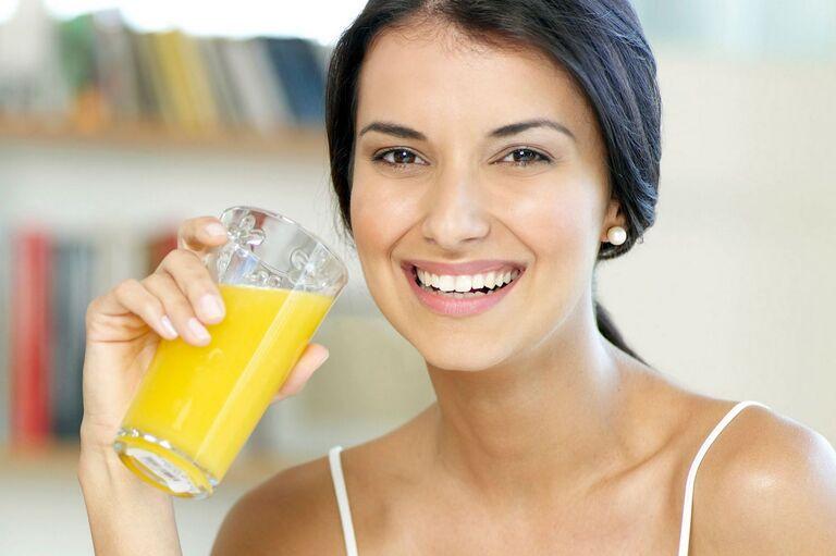 Bị sỏi thận có nên uống nước cam không?
