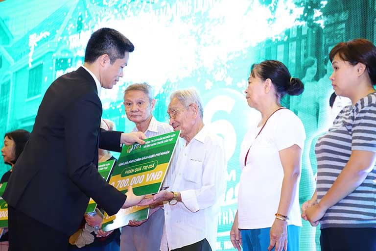 Ông Nguyễn Quang Hưng đại diện Trung tâm trao quà cho những gia đình có hoàn cảnh khó khăn