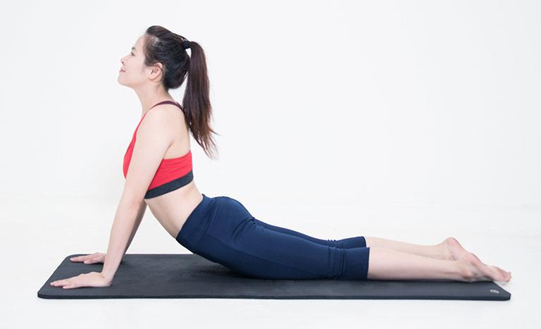 Bài tập yoga chữa thoát vị đĩa đệm tư thế rắn hổ mang
