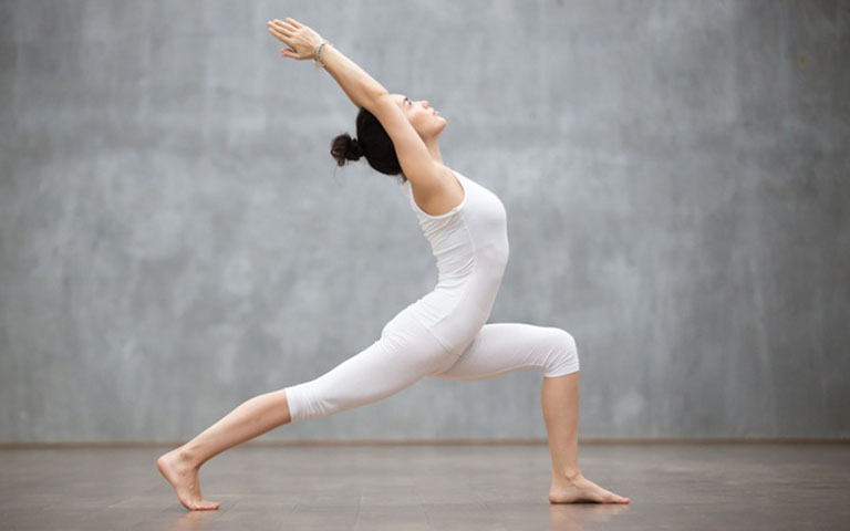 bài tập yoga chữa thoát vị đĩa đệm cổ tư thế chim yến bay đứng