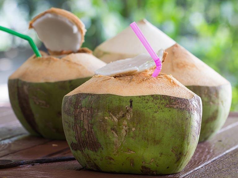 cách uống nước dừa cho người bị đau bao tử