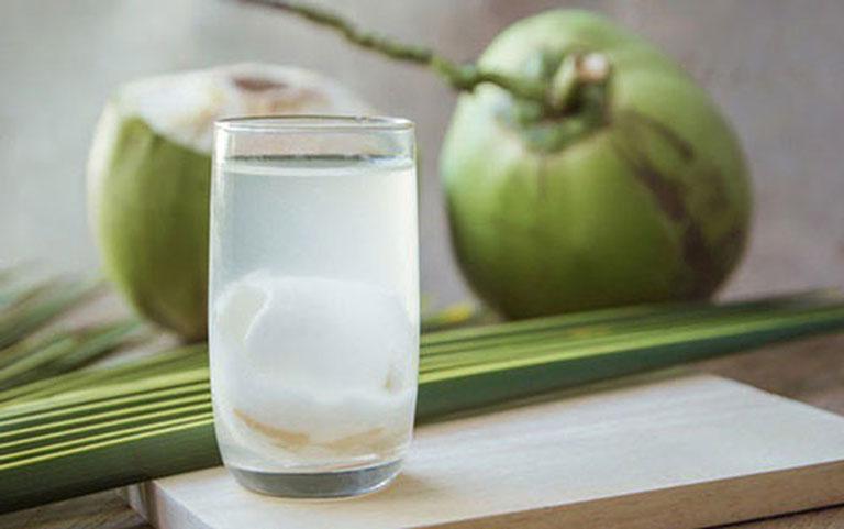 Bị đau bao tử có uống nước dừa được không