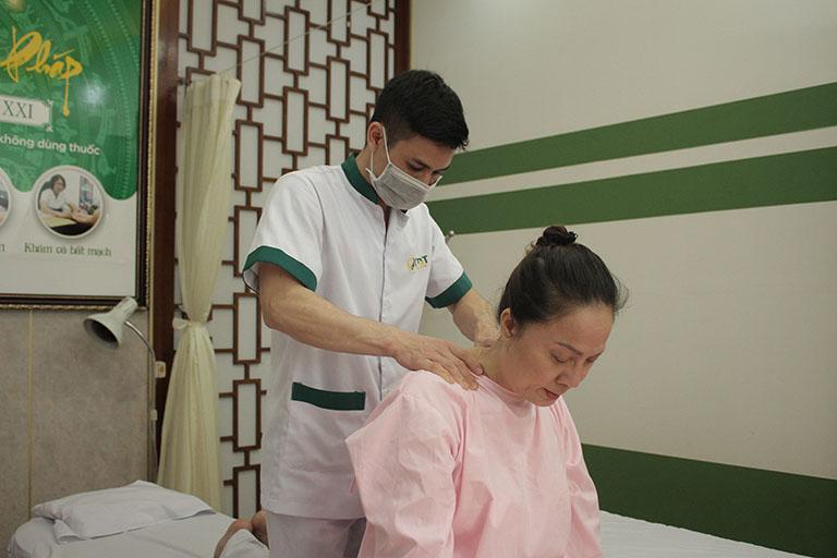 NSƯT Hương Dung trị liệu đau vai gáy tại Trung tâm Thuốc dân tộc