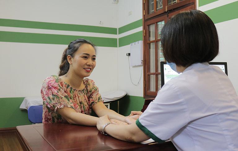 Bác sĩ Lệ Quyên khám chữa bệnh mề đay cho diễn viên Khánh Linh