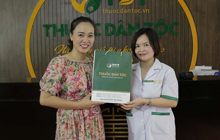 Bác sĩ Lệ Quyên hướng dẫn diễn viên Khánh Linh nhận thuốc