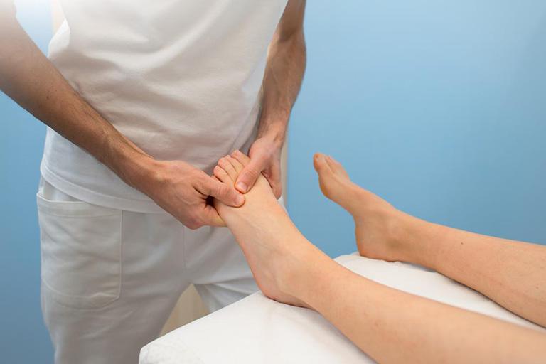 cách xử lý khi bị nổi cục ở mu bàn chân