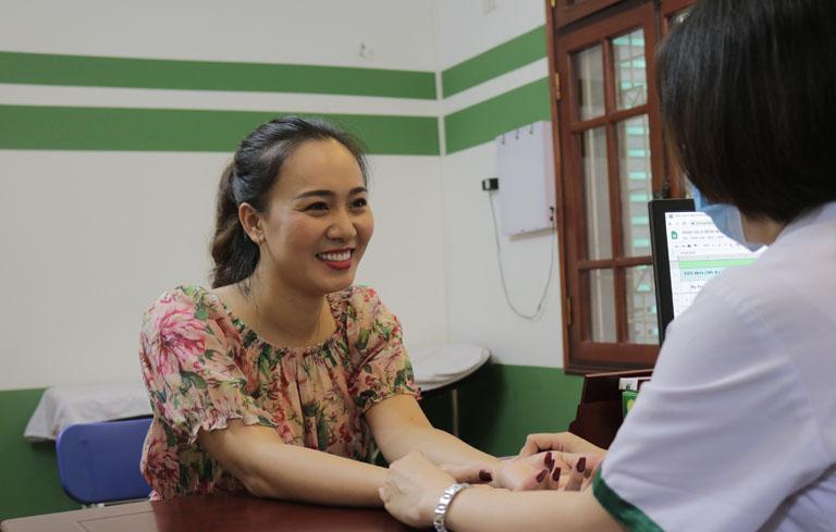 Diễn viên Khánh Linh được bác sĩ Lệ Quyên trực tiếp khám chữa mề đay