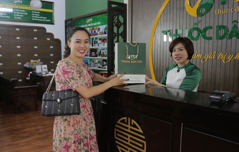 DV Khánh Linh lấy thuốc tăng cường sức đề kháng Thuốc dân tộc