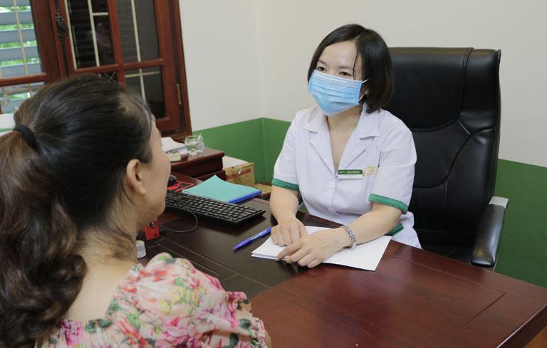 Bác sĩ Lệ Quyên khám và điều trị mề đay cho DV Khánh Linh