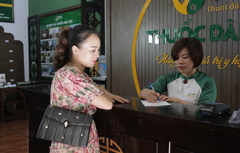 Diễn viên Khánh Linh làm thủ tục đăng ký khám tại Thuốc dân tộc