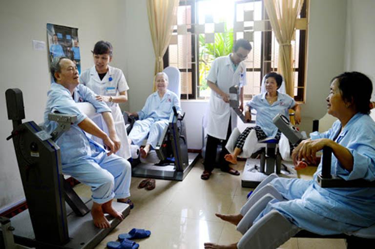 vật lý trị liệu chữa thoái hóa khớp ở người cao tuổi