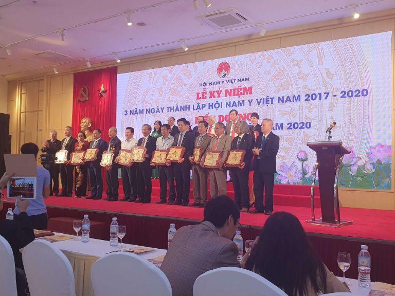Ông Nguyễn Quang Hưng trong buổi lễ trao giải Thầy thuốc Nam tiêu biểu