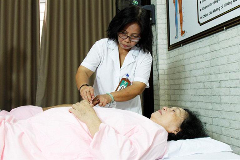 Bác sĩ Doãn Hồng Phương hàng ngày vẫn luôn tận tâm, chu đáo với bệnh nhân