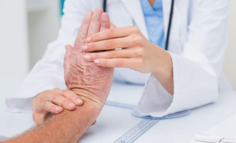 dấu hiệu Cứng khớp ngón tay