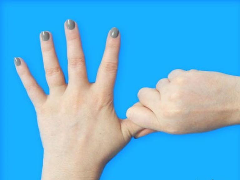Cứng khớp ngón tay nên tập gì