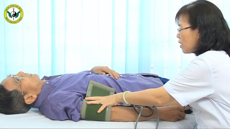 NS Trần Hạnh được thăm khám và chẩn đoán kỹ lưỡng trước khi điều trị
