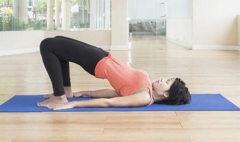 bài tập thể dục chữa đau lưng tư thế cây cầu