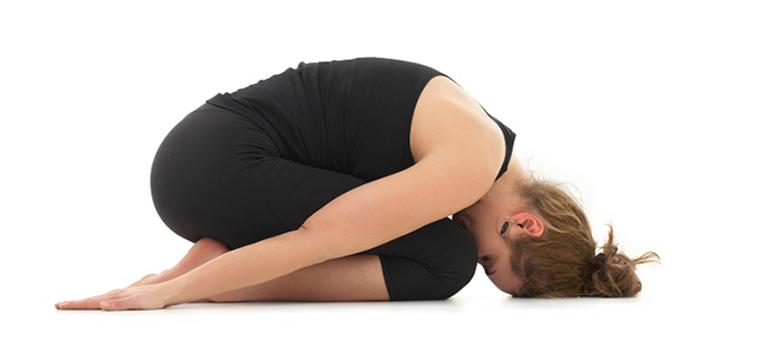 bài tập thể dục chữa đau lưng tư thế em bé