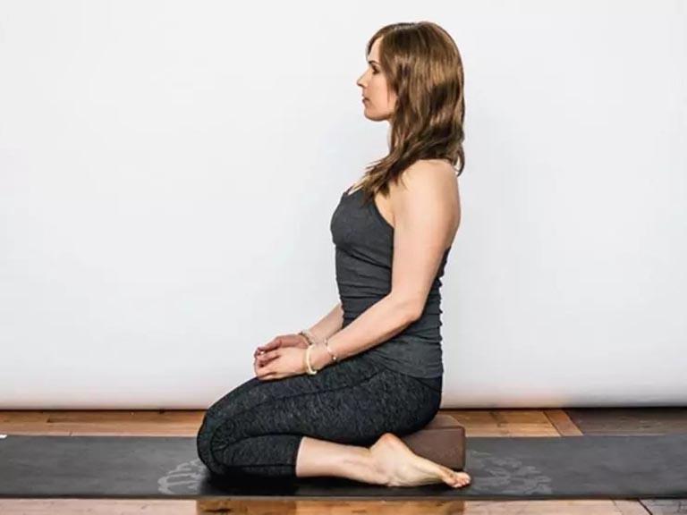 bài tập thể dục chữa đau lưng tư thế anh hùng