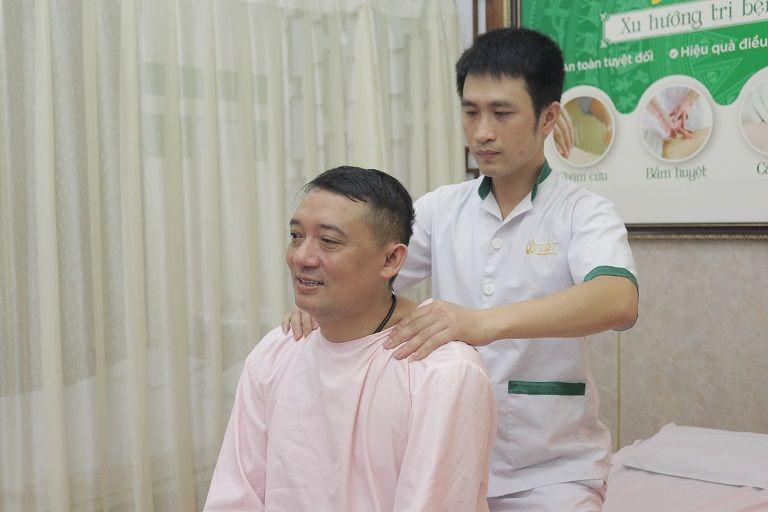 NS Chiến Thắng trị liệu tại Thuốc dân tộc để hỗ trợ điều trị bệnh đại tràng