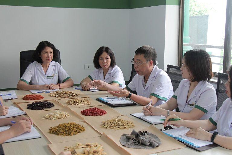 Đội ngũ bác sĩ, chuyên gia đang nghiên cứu về bài thuốc Sơ can Bình vị tán