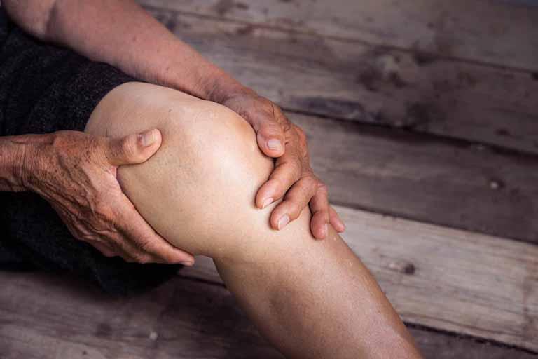 đau từ thắt lưng xuống chân trái phải làm sao