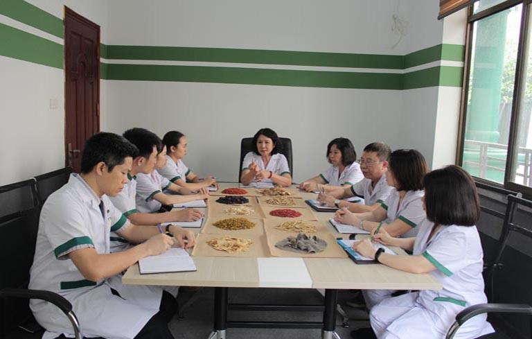 Trung tâm Thuốc dân tộc quy tụ đội ngũ bác sĩ đầu ngành
