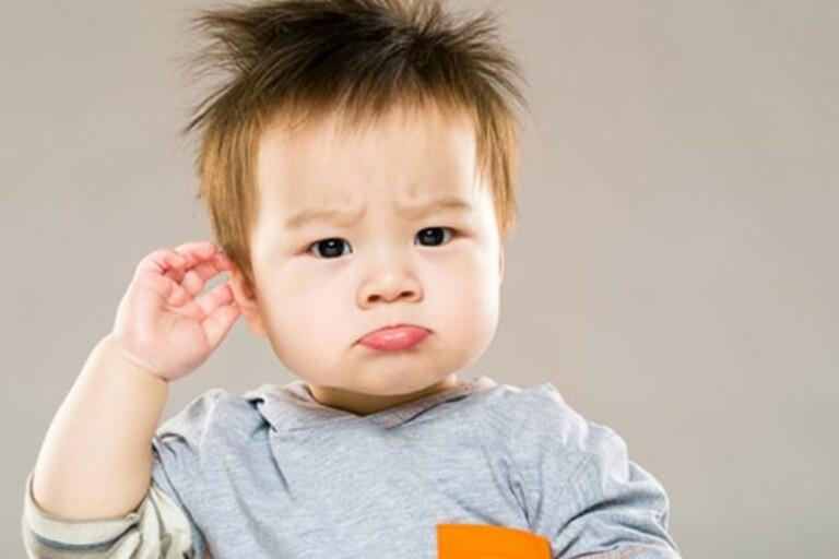dấu hiệu khi trẻ nghe kém