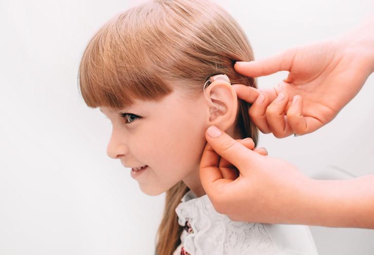 điều trị chứng nghe kém ở trẻ