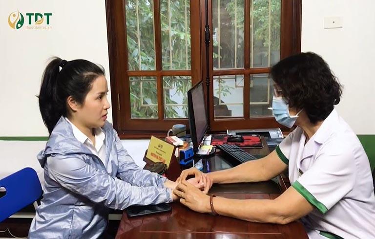 Chị Hồng được bác sĩ Tuyết Lan trực tiếp thăm khám