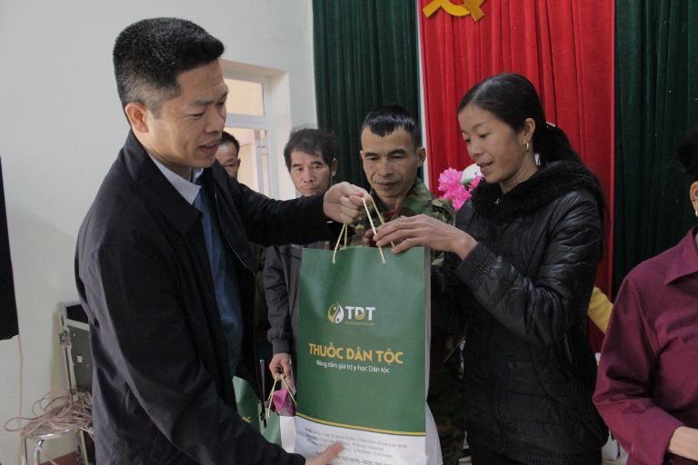 Ông Nguyễn Quang Hưng tận tay trao quà cho người dân