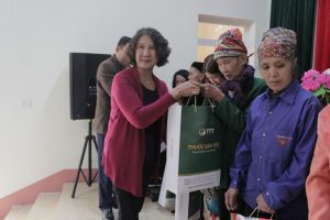 Bác sĩ Tuyết Lan trao những phần quà ý nghĩa cho người dân