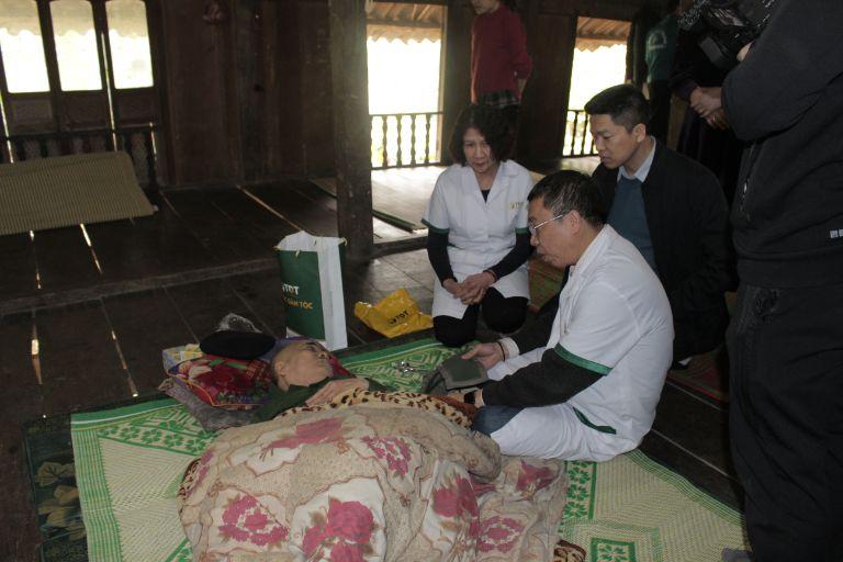 Đoàn thiện nguyện đến thăm ông Nguyễn Trọng Ngoạt