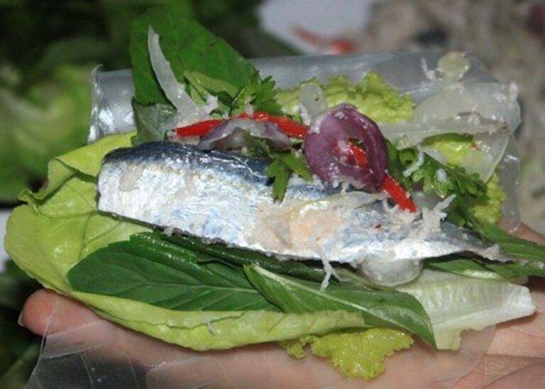 món gỏi cá trích sóng tại Việt Nam