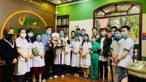 Ông Nguyễn Quang Hưng đại diện ban lãnh đạo Trung tâm Thuốc dân tộc tặng hoa và quà cho các bác sĩ, cán bộ Trung tâm Thuốc dân tộc