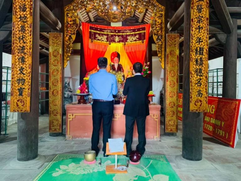 Ông Nguyễn Quang Hưng và bác sĩ Lê Hữu Tuấn dâng hương tại đền thờ Hải Thượng Lãn Ông