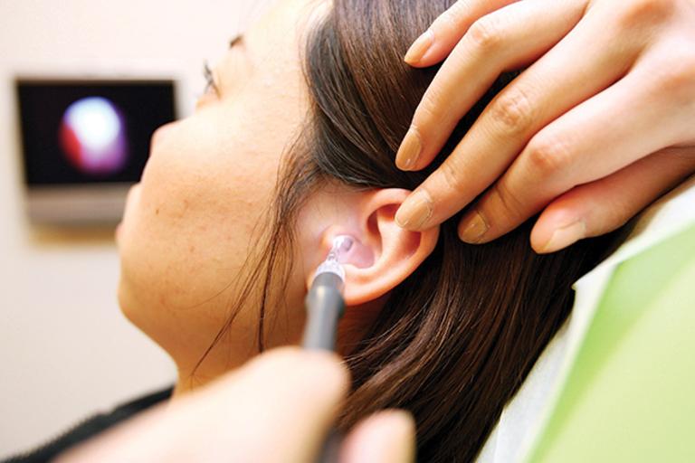 Bị lùng bùng lỗ tai là bệnh gì? Làm sao hết?