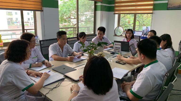 Đông đảo bác sĩ, kỹ thuật viên đã tham dự vào buổi họp chuyên môn