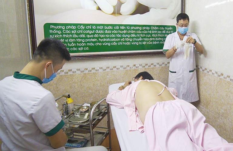 Nghệ sĩ Phú Thăng thực hiện cấy chỉ tại Trung tâm Thuốc dân tộc