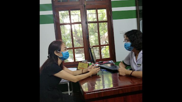Bác sĩ Tuyết Lan đang tái khám cho cô Phương