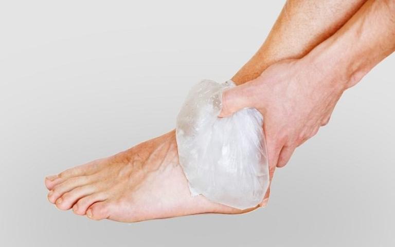 chườm lạnh chữa gai gót chân