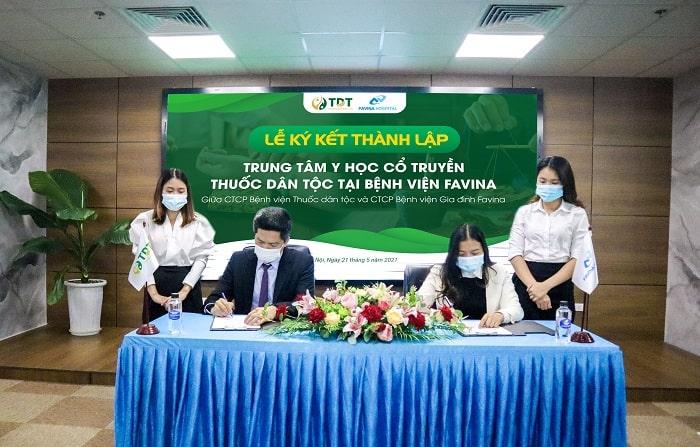 Đại diện 2 đơn vị CTCP Bệnh viện Thuốc dân tộc và CTCP Bệnh viện Favina đặt bút ký kết thành lập Trung tâm YHCT Thuốc dân tộc