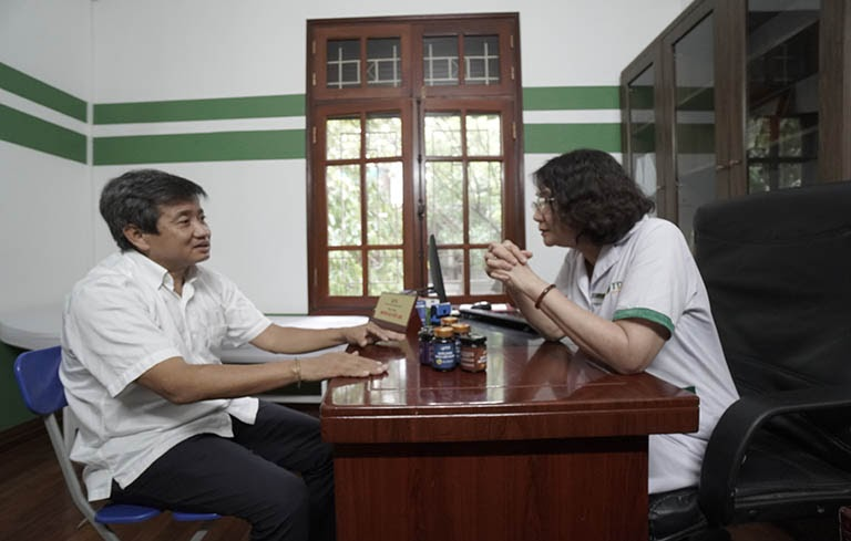 Bác sĩ Tuyết Lan thăm khám và tư vấn sức khỏe cho ông Đoàn Ngọc Hải