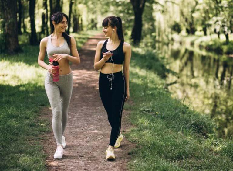 Duy trì thói quen đi bộ mỗi ngày sẽ giúp cải thiện chức năng bàng quang và phòng ngừa bệnh