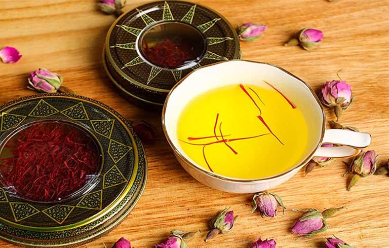 Saffron pha trà dùng hàng ngày