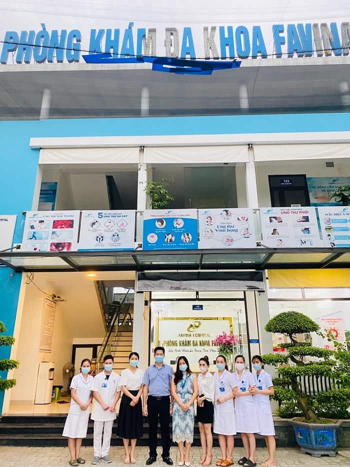 Đoàn công tác CTCP Bệnh viện Thuốc dân tộc chụp ảnh kỷ niệm tại Phòng khám đa khoa Favina
