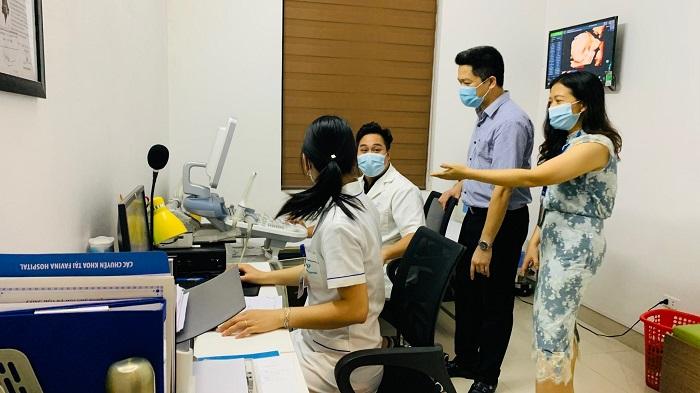 Trực tiếp ông Nguyễn Quang Hưng - Tổng giám đốc CTCP Bệnh viện Thuốc dân tộc giám sát, trao đổi với đội ngũ y tế tại Favina