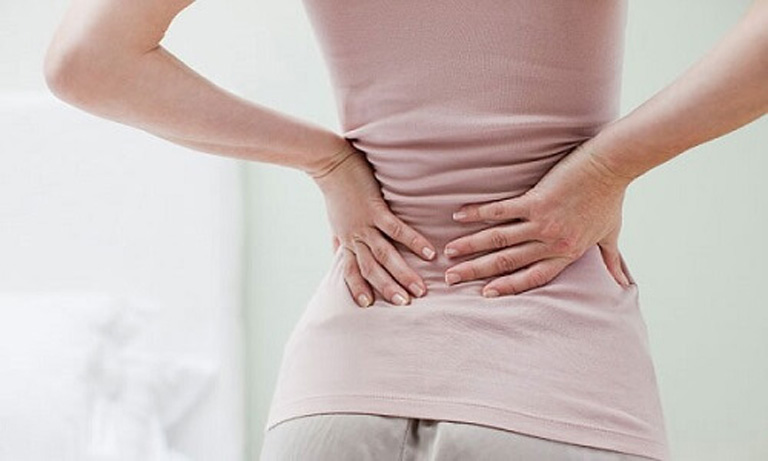 Bệnh gây ra cơn đau nhức quặn thắt tại thắt lưng khiến người bệnh cảm thấy rất khó chịu